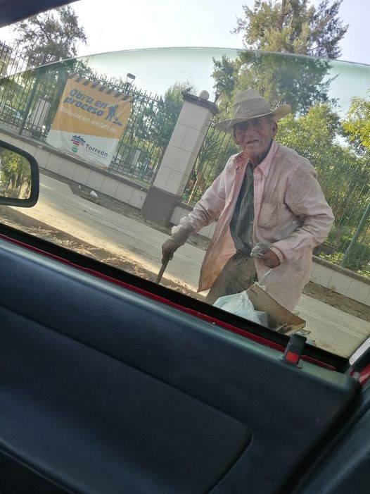 Familia adopta a un abuelito de 108 años que vivía en las calles de Torreón