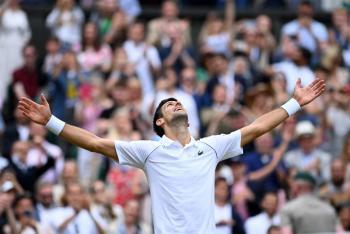 Djokovic no perdona en Wimbledon y alcanza a Federer y Nadal