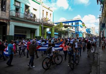 """Protestas en Cuba piden """"libertad""""; Presidente pide a seguidores salir a las calles"""