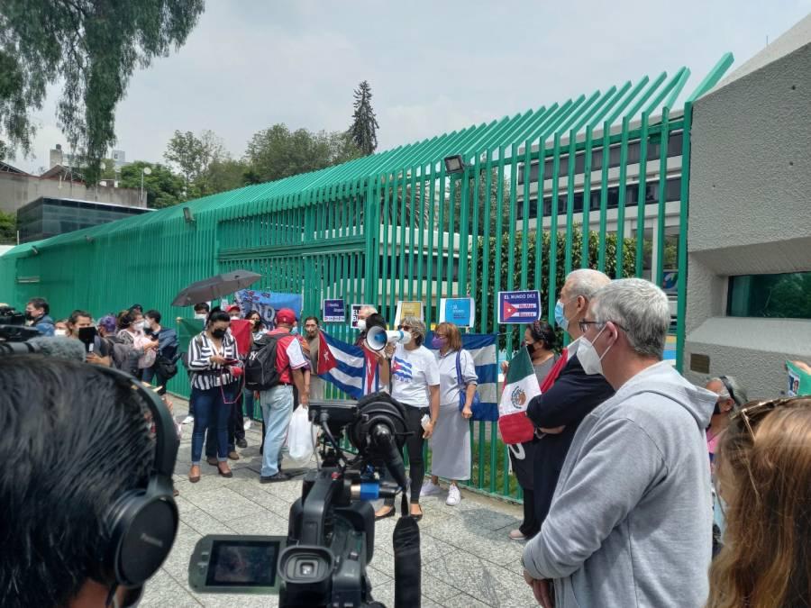 Acuden a embajada de Cuba en México simpatizantes y opositores al gobierno cubano