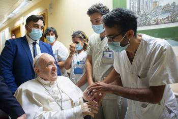 El Papa Francisco permanecerá internado en el hospital de Roma