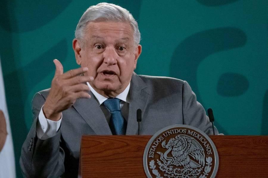 """AMLO exhibe a presidente de CMDH por """"racismo"""" en protesta frente embajada de Cuba"""
