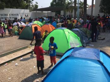 Siguen varados en Tapachula, más de 2 mil migrantes, entre ellos haitianos