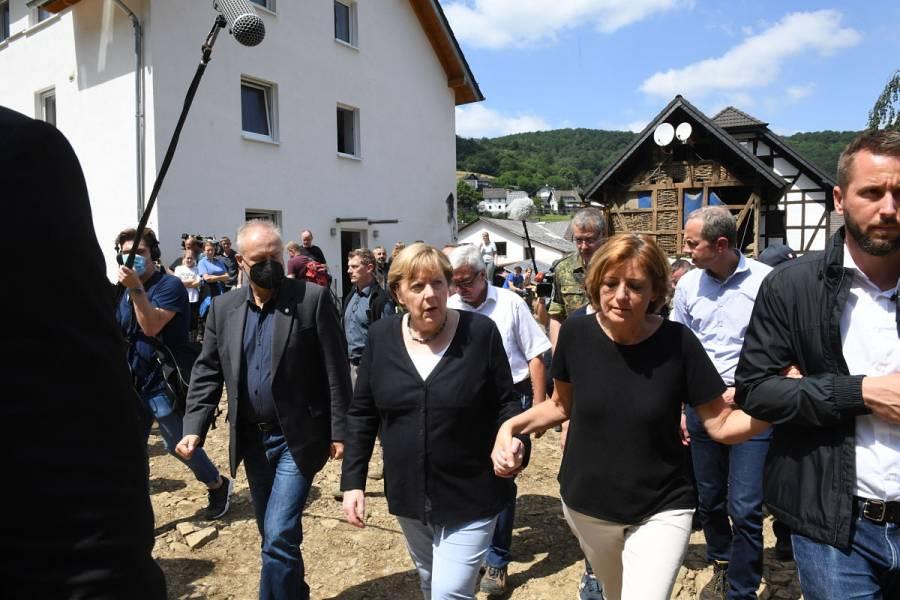 Angela Merkel recorre zona de inundaciones, que dejan más de 180 muertos en Europa