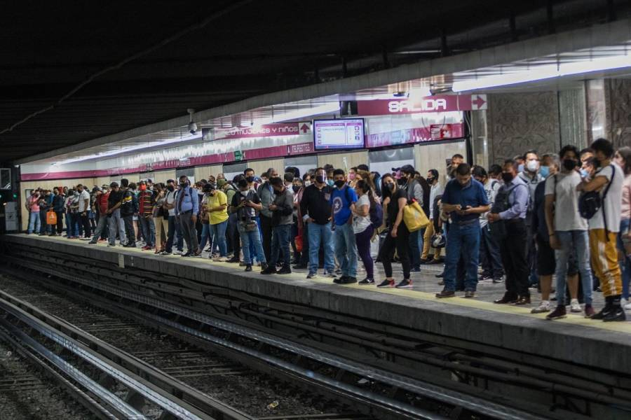 Paraguas provoca corto circuito en vías de Línea 1 del Metro