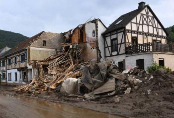Equipos de rescate trabajan a contrarreloj en busca de sobrevivientes de inundaciones en Europa