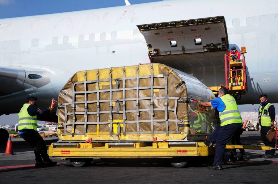 Arriban a México 446 mil dosis de vacuna contra Covid-19 de Pfizer