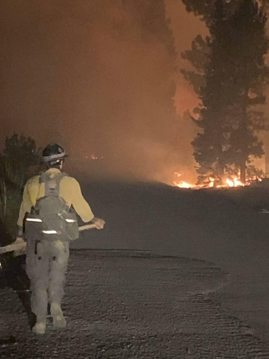 Miles de personas son desalojadas por incendios forestales en Canadá