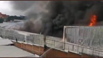 Reportan incendio en fábrica de muebles ubicada en Tlalnepantla