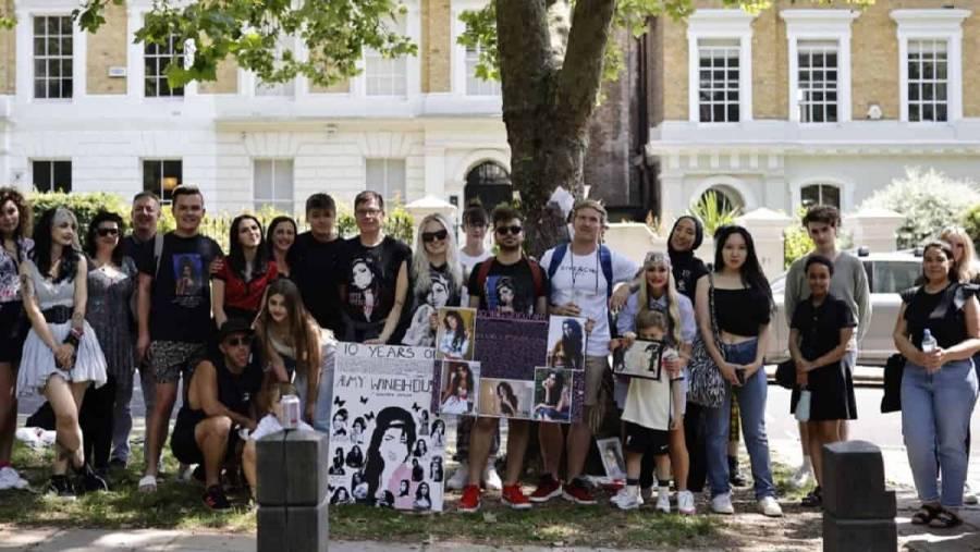 En Londres fans de Amy Winehouse le rinden homenaje