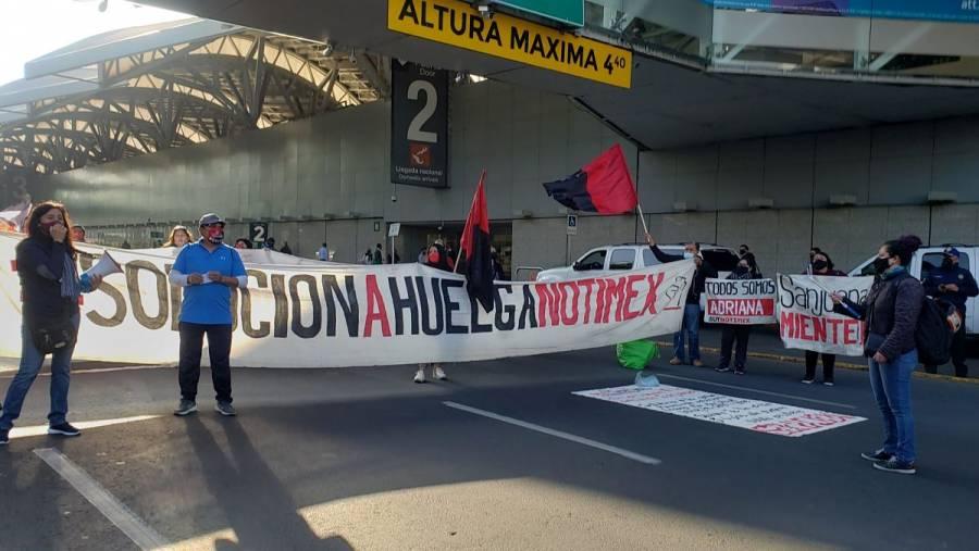 Trabajadores de Notimex bloquean accesos a Terminal 1 del AICM
