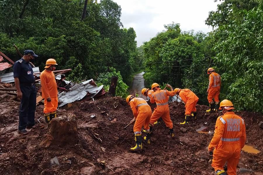 Tras inundaciones, cuerpos de rescate en India buscan sobrevivientes