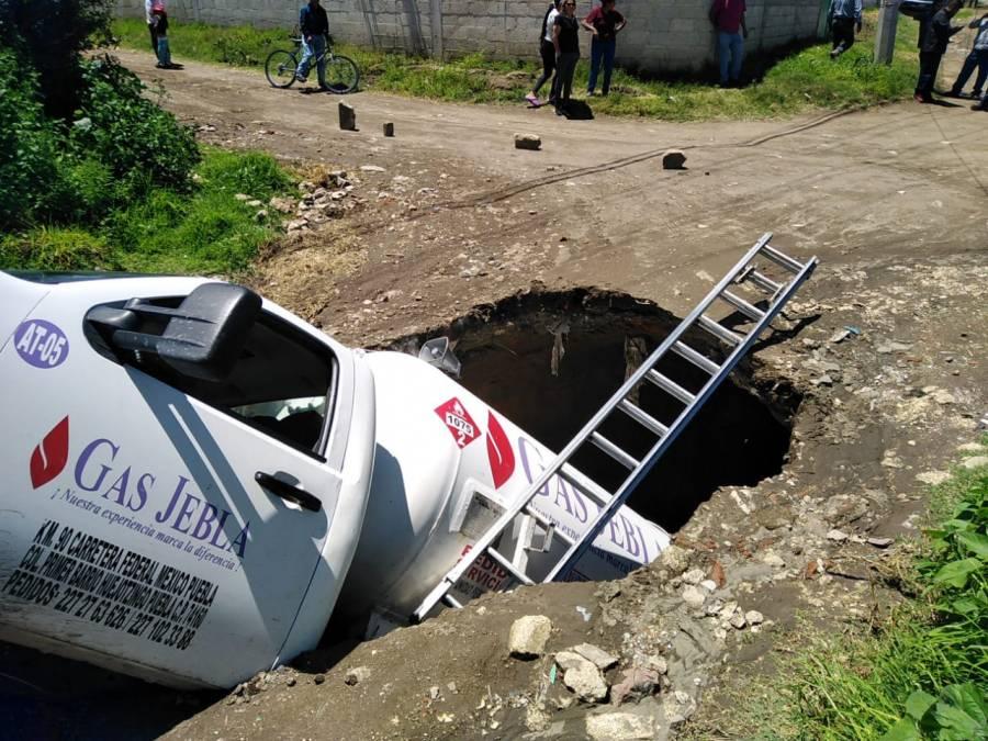 """En Puebla, la tierra se """"traga"""" a una pipa de gas LP"""