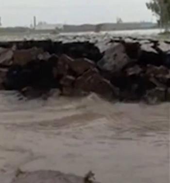 Video: Bajo el agua, se hincha un pedazo de tierra y emerge