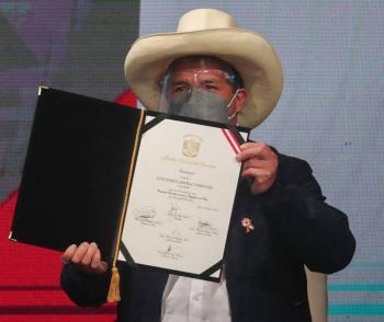 Pedro Castillo jura como presidente en el bicentenario de Perú