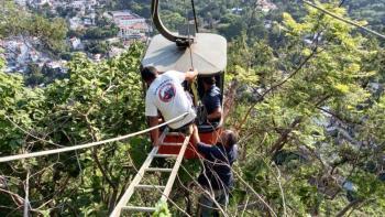 Rescatan a familia atrapada en teleférico de Taxco, Guerrero