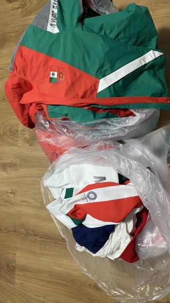 Denuncian a equipo mexicano de softbol de tirar su uniforme a la basura