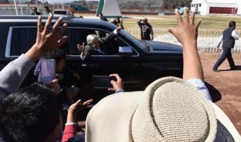 Manifestantes bloquean al convoy presidencial en recorrido por Durango
