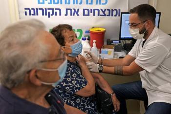 Israel inicia aplicación de tercera dosis de vacuna antiCovid en adultos de 60 años