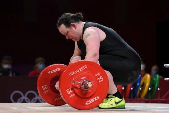 Laurel Hubbard, primera olímpica transgénero, eliminada sin levantar una barra