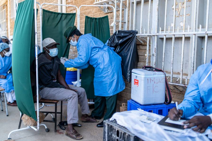 En Tijuana vacunan contra Covid-19 a migrantes