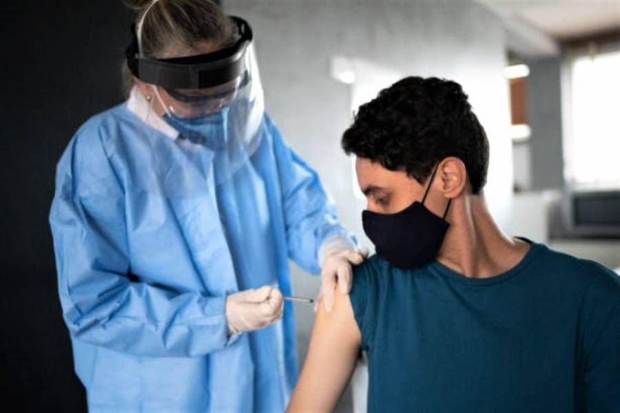 En Reino Unido vacunarán a adolescentes de 16-17 años contra Covid-19