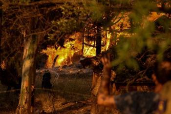Incendios amenazan un monasterio y una docena de aldeas en Grecia