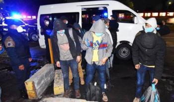 Policía de Ecatepec rescata a 25 migrantes centroamericanos que viajaban en una camioneta