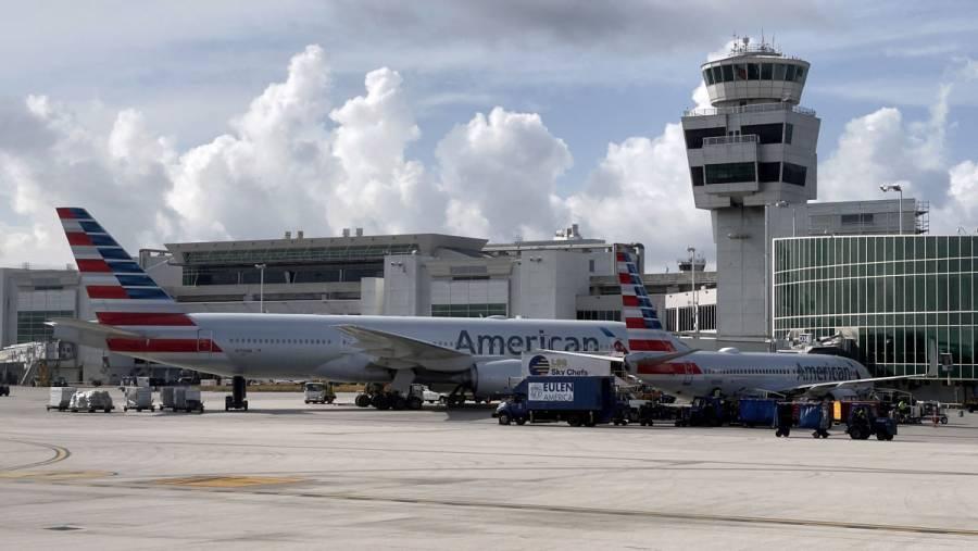 United Airlines pide a todos sus empleados vacunarse o serán despedidos