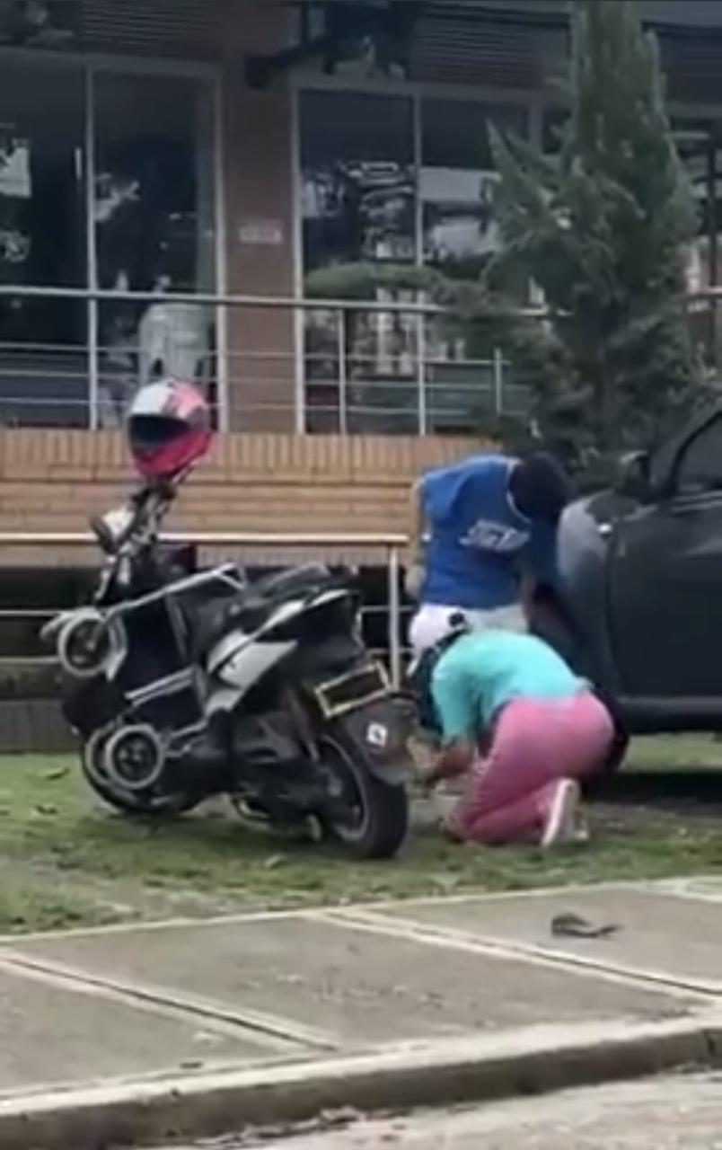 Graban a una mujer vendando a su hija para fingir una discapacidad