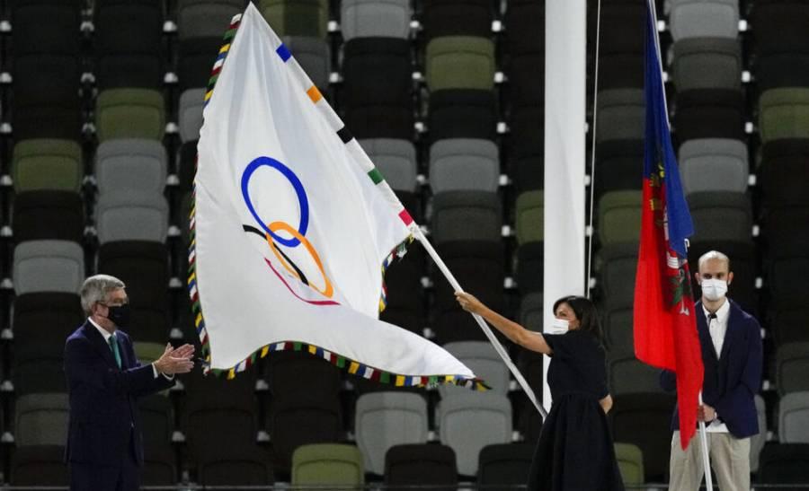 Alcaldesa de París, Anne Hidalgo, recibe la bandera olímpica