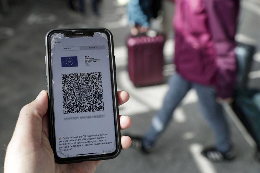 Policía italiana desmantela red de venta de falsos pases santitarios