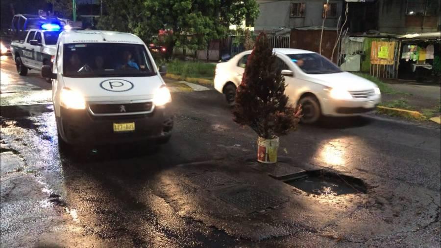 Iztapalapa: Árbol de Navidad salva a automovilistas de no caer en hundimiento