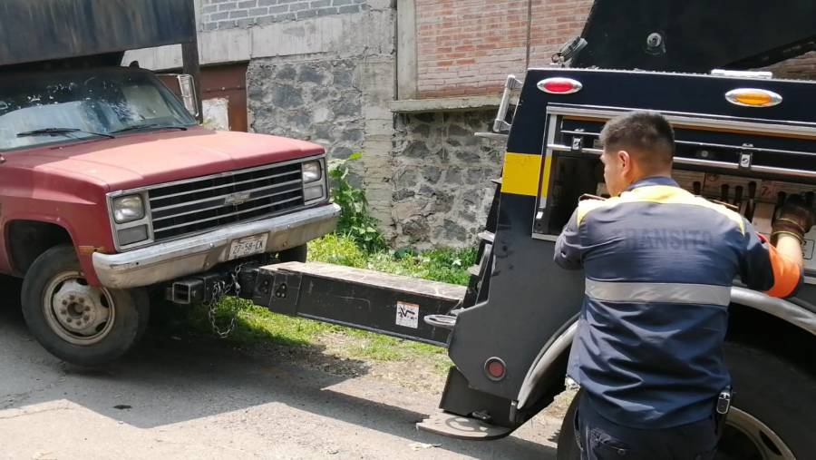 En Xochimilco, liberan vialidades de autos chatarra