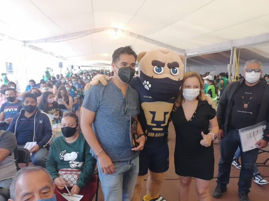 Goyo, mascota de los Pumas, visita a vacunados de COVID-19 en el Estadio Olímpico Universitario