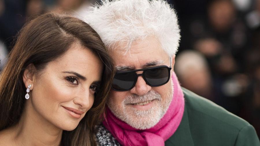 Almodóvar critica la breve retirada del cartel de su nueva película en Instagram