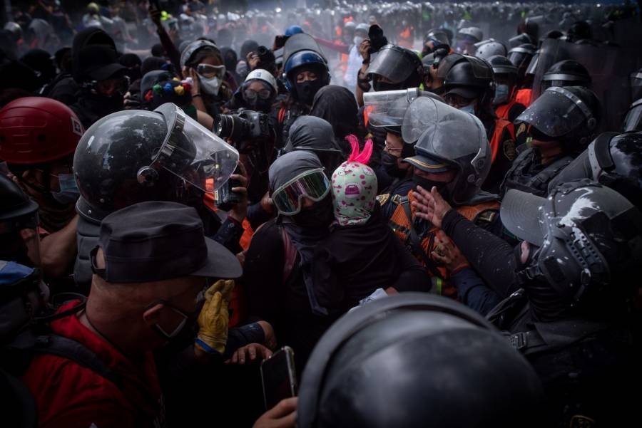 En el Ángel de la Independencia, feministas se enfrentan con mujeres policías