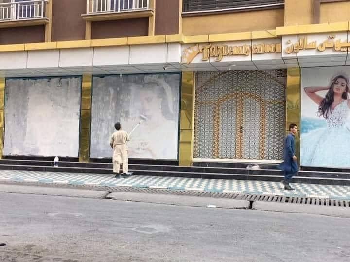Talibanes borran fotos de mujeres de calles de Kabul