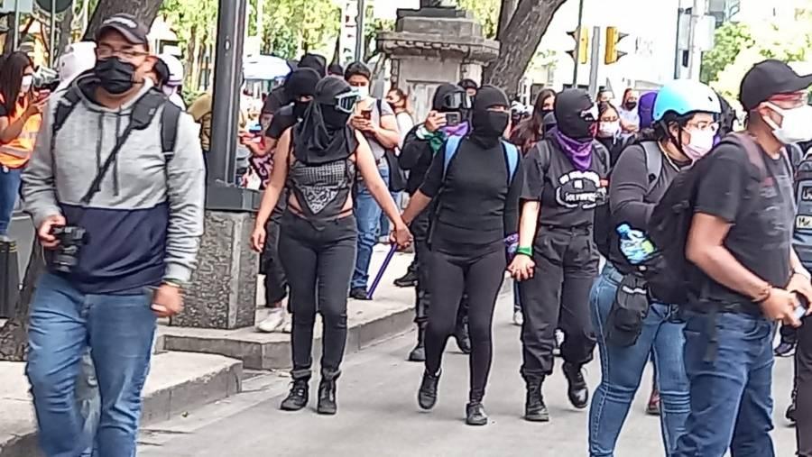CDMX: Ateneas encauzaron manifestación feminista de 80 mujeres y cinco hombres
