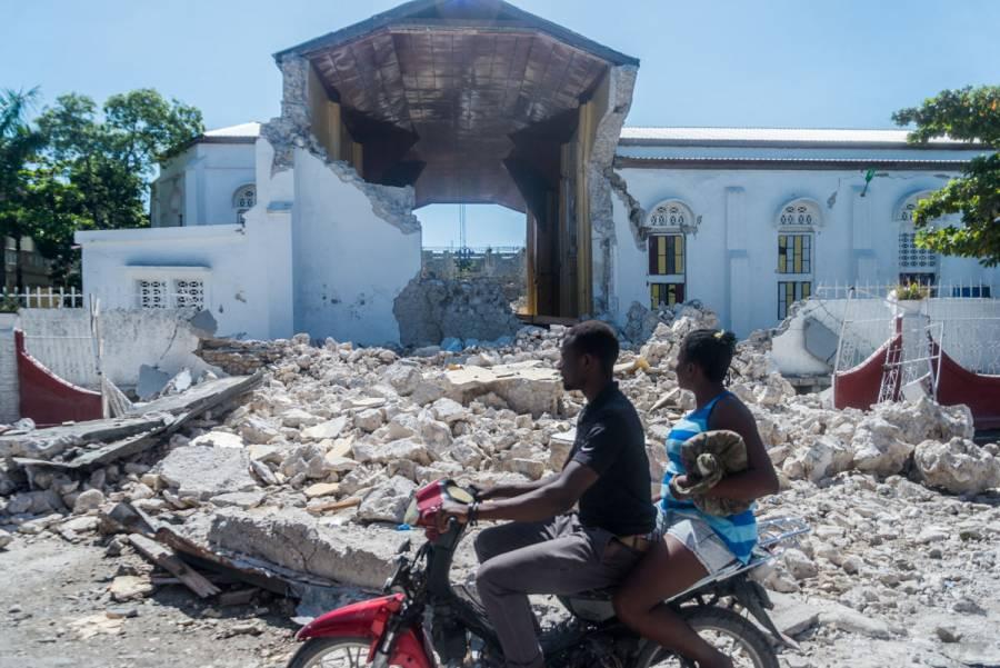 Suman casi mil 300 muertos por intenso sismo en Haití