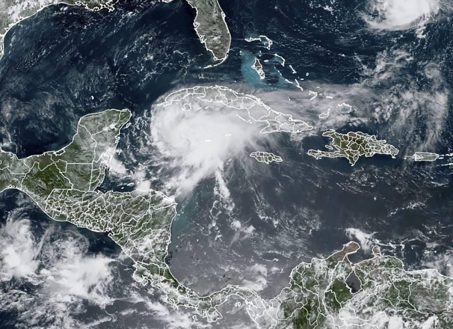 Huracán Grace toca tierra en la península de Yucatán y desata lluvias