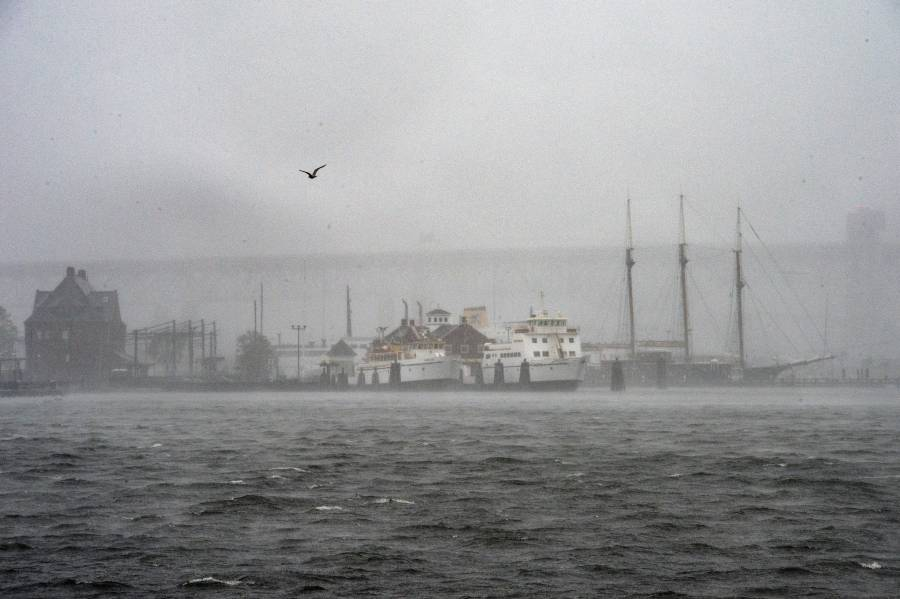 """""""Henri"""" sigue provocando fuertes lluvias en Nueva York y estados aledaños"""