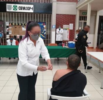 Más de 800 presos de nuevo ingreso reciben vacuna contra el COVID-19