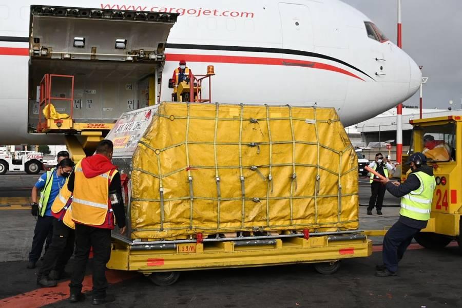 Llegan a México 1.75 millones de vacunas de Moderna donadas por EEUU