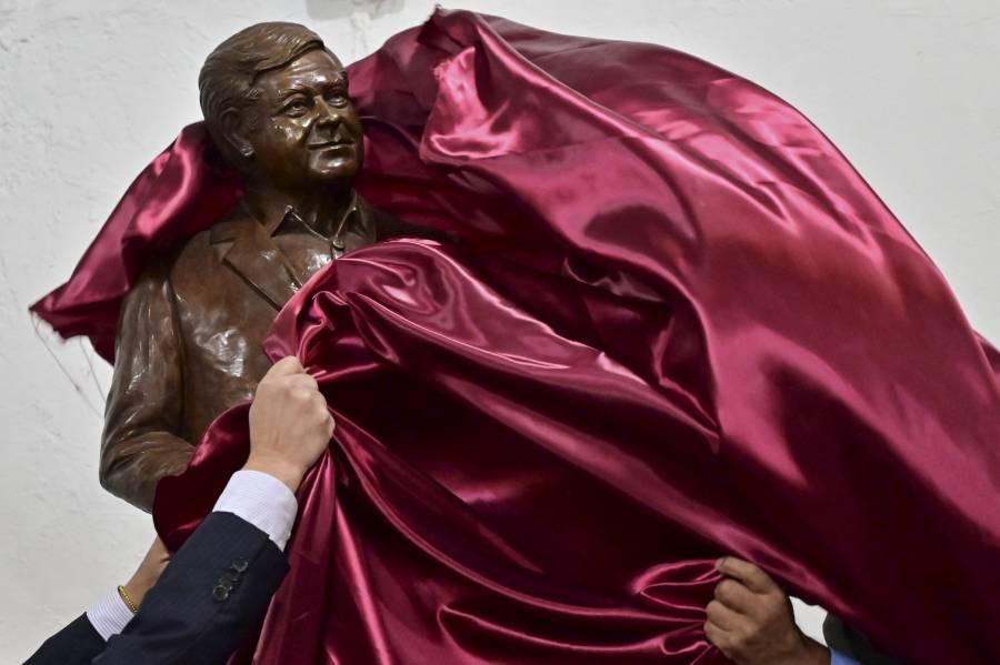 Develan estatua