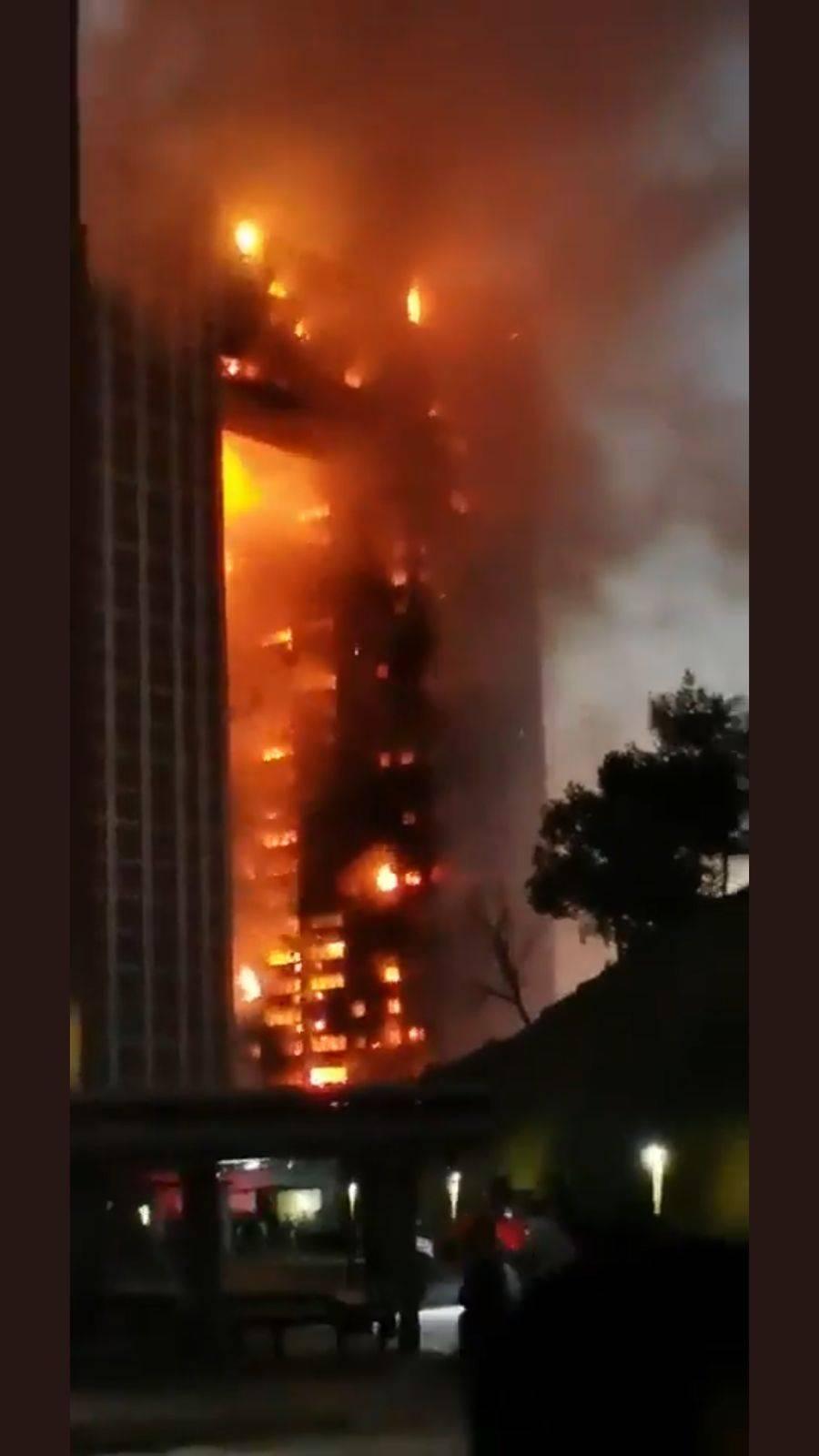 China: Fuerte incendio en edificio de 31 pisos