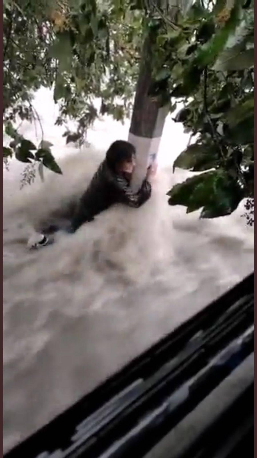 En Tlalnepantla dos personas son tragadas por una corriente de agua