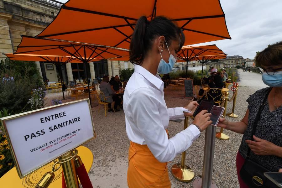 Francia extiende el pase sanitario a empleados en contacto con el público