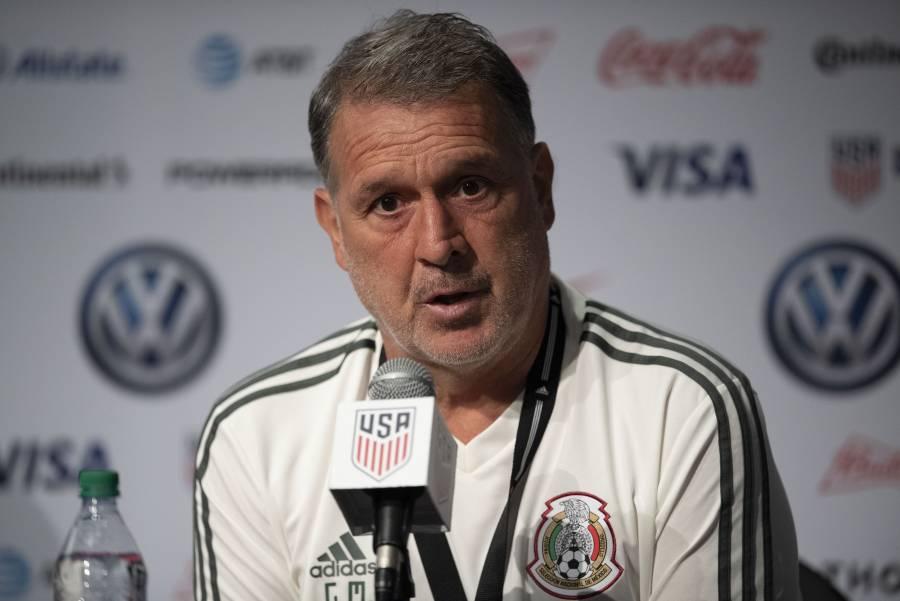 """""""Tata"""" Martino molesto con clubes y la FIFA por bajas de Raúl Jiménez y Johan Vásquez"""