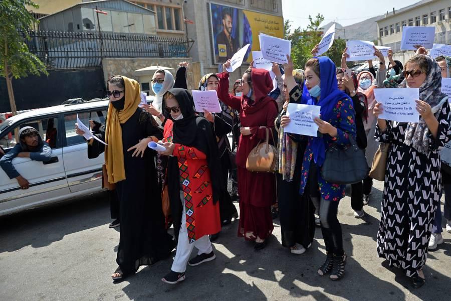 Mujeres afganas protestan ante anuncio de talibanes sobre nuevo gobierno